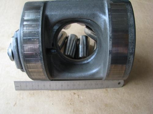 Подвижные элементы опоры качения поворотного узла качающего блока. Выявлены следы контактного воздействия